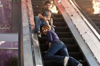 destination finale 4 nick tentant de sauver sa petite amie dans un escalator