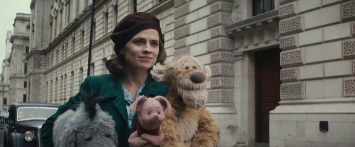 jean christophe et winnie evelyn portant dans ses bras porcinet bouriquet et tigrou
