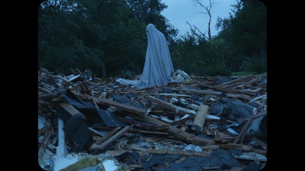 a ghost story le fantome dans les décombres de son ancienne maison