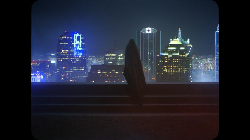 a ghost story le fantome face à des immeubles futuristes