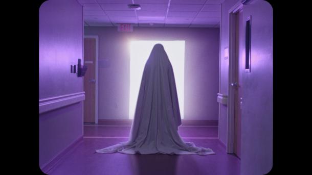 a ghost story le fantome face à une porte surnaturelle conduisant dans un autre monde