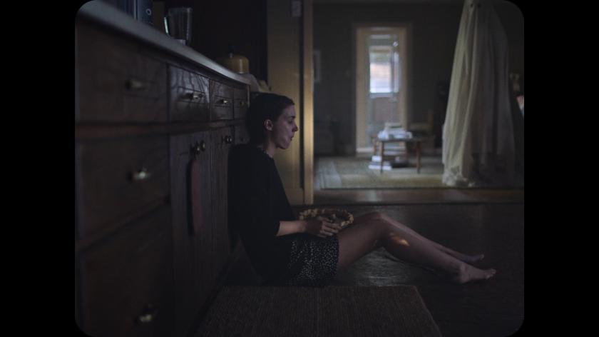 a ghost story le fantome observant sa femme en train de manger une tarte