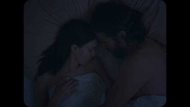 a ghost story un homme et sa femme s'enlace dans leur lit