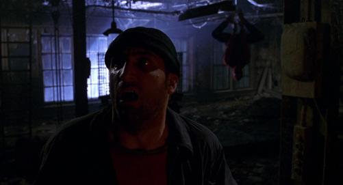 Spiderman 2002 assassin de ben parker et peter parker pendu la tete à l'envers dans le prototype de son costume de spiderman