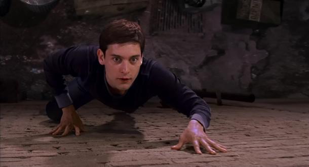 Spiderman 2002 peter grimpe sur un mur