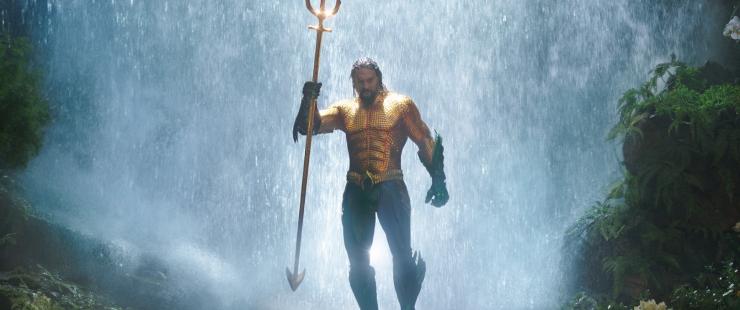 aquaman ressortant d'une cascade avec le trident