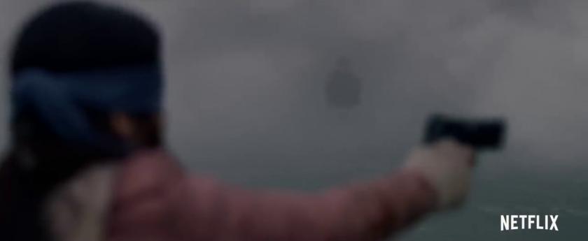 bird box malorie dans le brouillard vise en aveugle au pistolet une oeuvre semblant ressembler à un homme