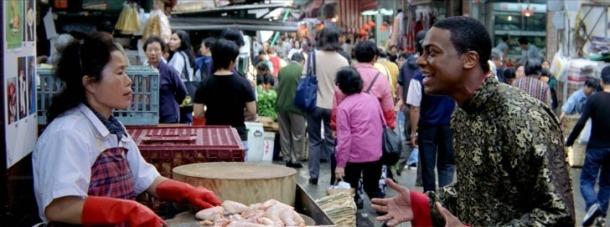 rush hour 2 carter dans le marché hongkongais face à une petite chinoise vendant du poulet