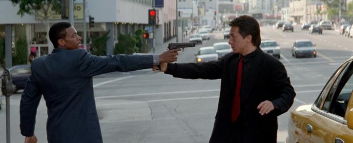 rush-hour carter et lee braquent leur arme l'un sur l'autre