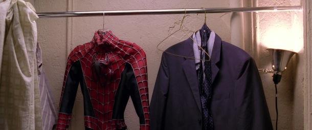 Spider man 2 2002 costume de spiderman et costard cravatte dans une penderie