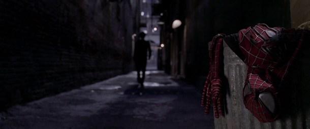 Spiderman 2 peter parker jetant à la poubelle son costume de spiderman