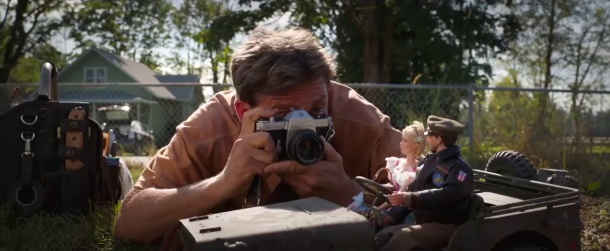 bienvenue à marwen mark photographiant ses figurines dans une jeep
