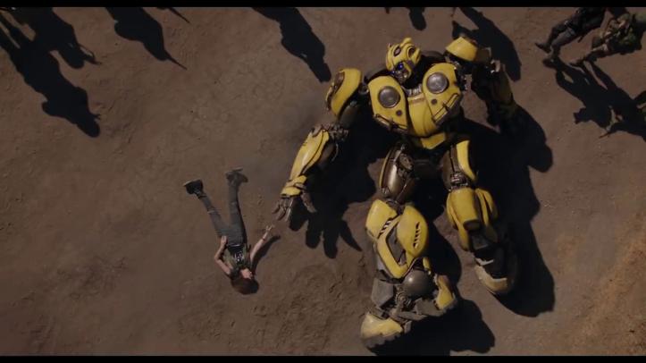 bumblebee coucher au sol tenant de tenir la main de charlie