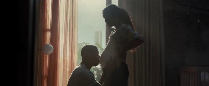 creed 2 adonis embrassant le ventre de sa femme bianca enceinte