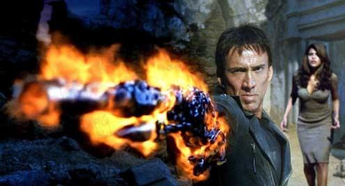 ghost rider johnny blaze pointant son fusil sur blackheart sous les yeux de la belle roxanne interpretée par eva mendes