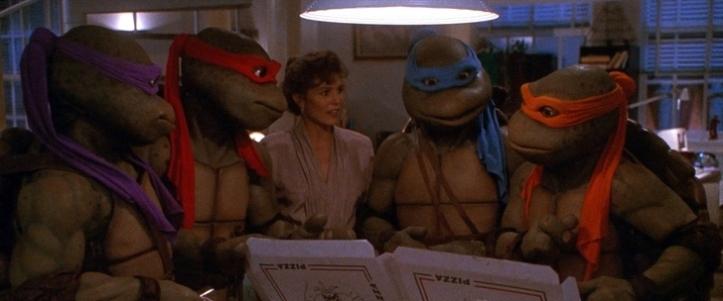 les tortues ninja 2 aux cotés d'april o n'eil ramenant des pizzas