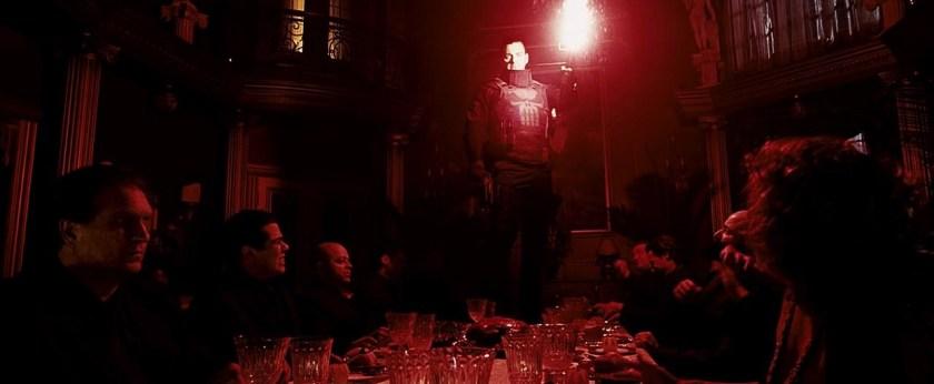 punisher zone de guerre castle debout sur la table de repas des mafieux