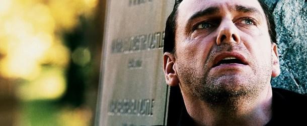 punisher zone de guerre frank bouleversé en visitant la tombe de sa famille