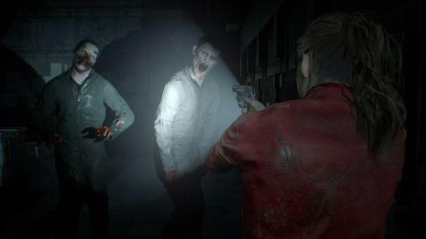resident evil 2 remake claire face à des zombies qu'elle éclaire avec sa lampe torche