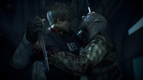 resident-evil-2-remake leon tentant de se debarasser au couteau d'un zombie