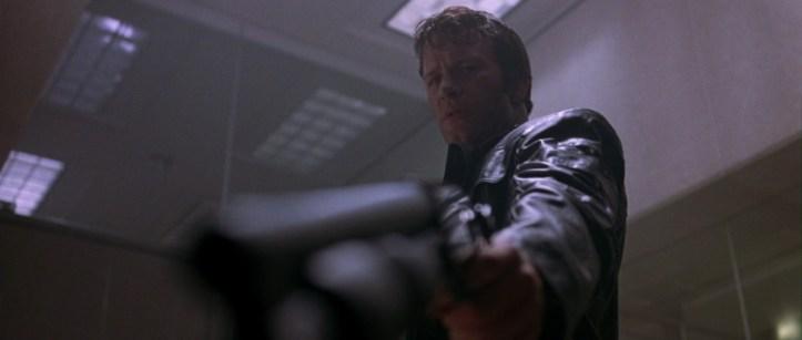 the punisher 2004 frank pointant son fusil sur un homme de saint