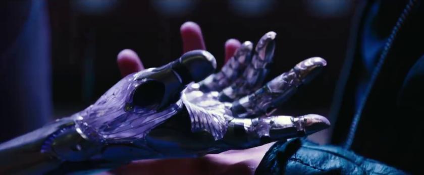 alita battle angel Hugo prenant la main robotique de d'alita