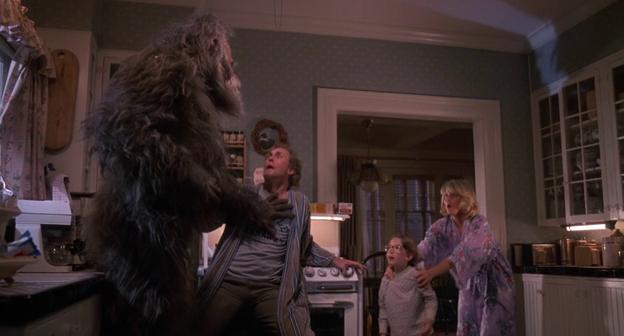 Bigfoot et les henderson george aux prises avec le bigfoot dans la cuisine, sous les yeux de sa femme et son fils