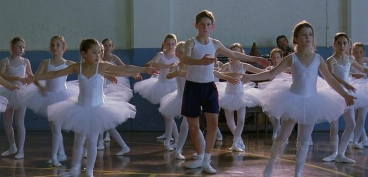 Billy elliott dansant au milieu les ballerines pendant leur cours de danse