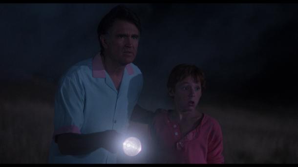 critters mr brown et son fils éclairant le vaisseau ecrasé pres de leur maison