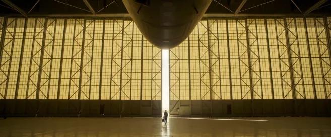 captain marvel carol danvers sortant d'un hanga à avions