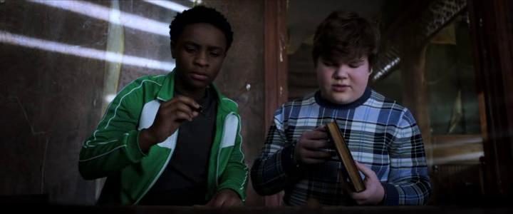 Chair de poule 2 les fantomes d'halloween Sonny et sam découvrant un livre d'R.L Stine dans une maison abandonnée