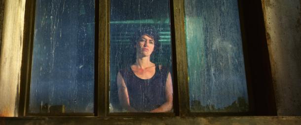 Dredd 2012 ma-ma devant la fenetre de son appartement