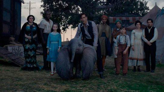 Dumbo 2019 tim burton holt, ses enfants et la troupe du cirque de médici retenant dumbo séparé de sa mère