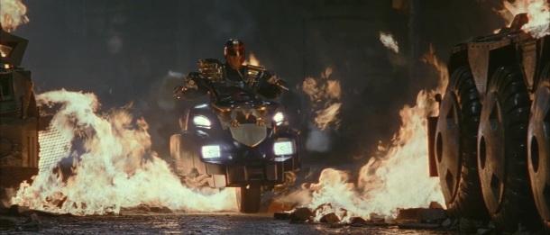 judgedredd 1995 arrivée en Lawmaster du juge dredd traversant les flammes