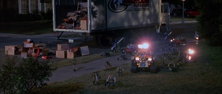 Small soldiers le major chip hazard et ses hommes se préparent à l'attaque dans leurs véhicules customisés