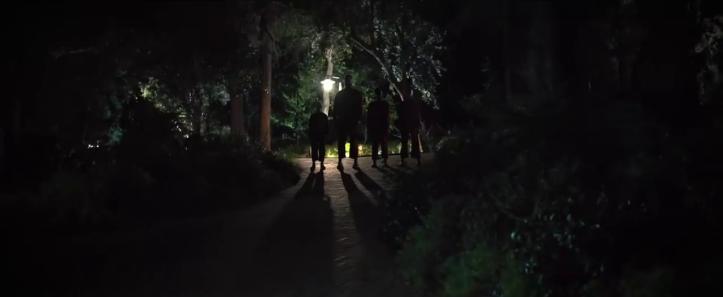 Us 2019 Jordan peele des individus font irruption la nuit dans l'allée de la maison de vacances des wilson