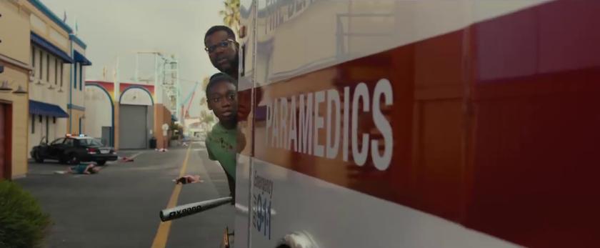 Us 2019 Jordan peele Gabe et sa fille zora caché derrière une ambulance
