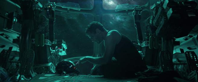 Avengers endgame tony stark dans l'espace enregistrant à message à Pepper Potts en se servant de sa casque d'iron man