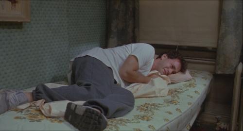 big tom hanks josh en pleure sur le lit de sa chambre d'hotel