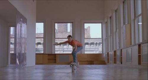 big tom hanks josh fait du skate dans son appartement