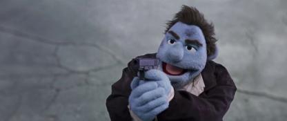 carnage chez les muppets phil philipps arme à la main tenant en joue