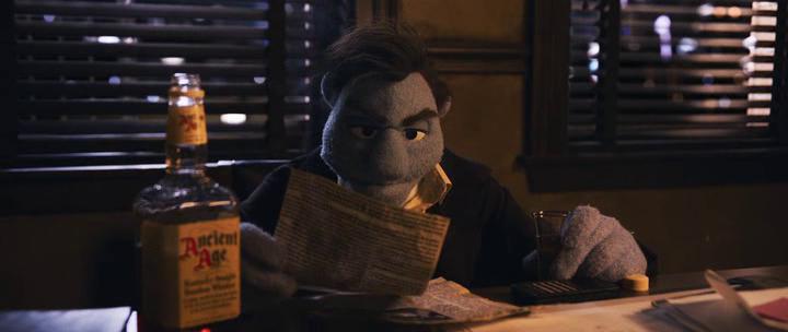 carnage chez les muppets phil philipps lit une coupure de journal en buvant un verre d'alcool