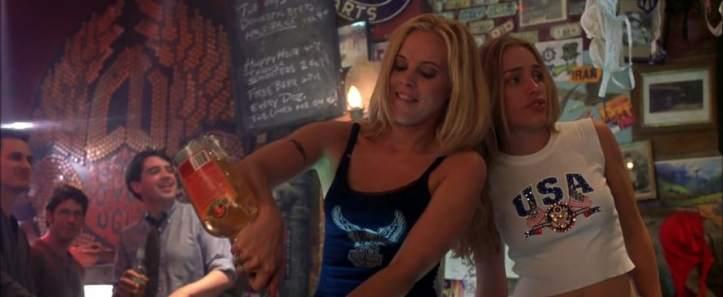coyote girls violet derriere le comptoir en compagnie de lil