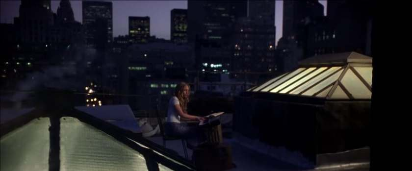 Coyote girls violet sur le toit de son immeuble répétant une de ses compositions