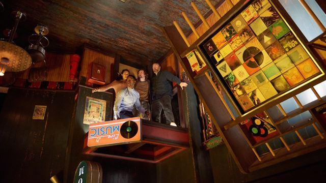 Escape game 2019 nos héros tentent de sortir du pièce ressemblant à un bar où la gravité a été inversée