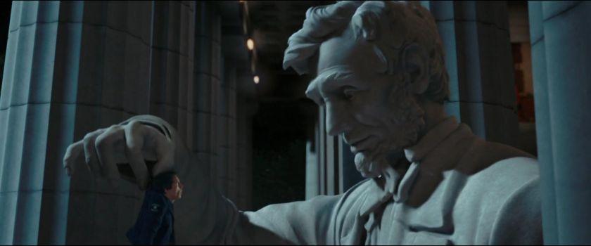 la nuit au musée 2 la statue d'abraham lincoln soulevant larry