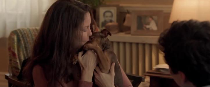 L'incroyable aventure de Bella la mère de lucas embrasse Bella encore bébé