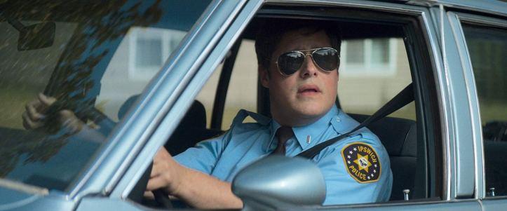 summer of 84 mackey dans sa voiture en tenue de policier
