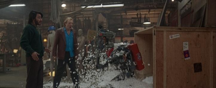 Appelez moi Johnny 5 ben et fred ébahis de retrouver le robot johnny 5 sortant d'une caisse en bois