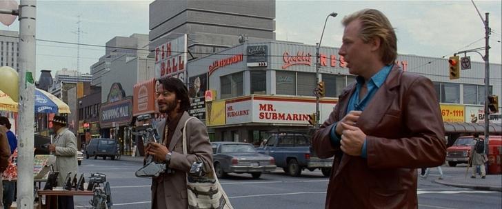 Appelez moi Johnny 5 ben jahrvi vendant dans la rue des petits robots à l'effigie de johnny 5